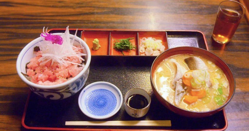 第四歩・マグロ丼・あら汁・兜煮(三浦市三崎)『くろば亭』